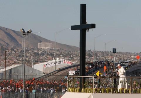 El Papa oró ante la Cruz del Migrante en frontera con EE.UU.
