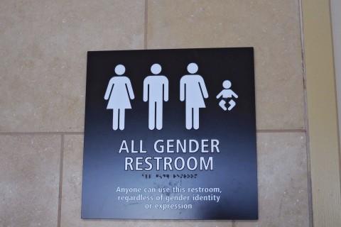 El Gobierno instruye a escuelas a que transexuales usen baños que prefieran
