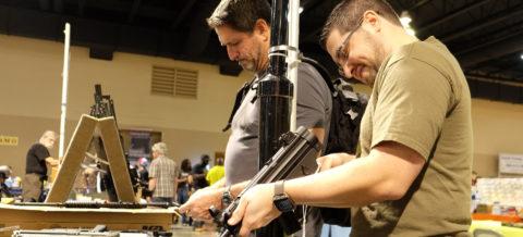 El gobernador de California aprueba reforzar el control de las armas de fuego