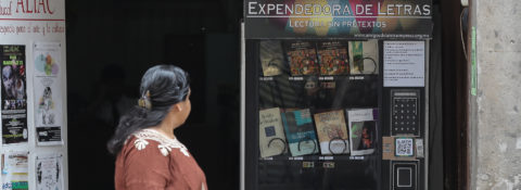 Máquina expendedora entrega libros en lugar de sodas para promover a clásicos