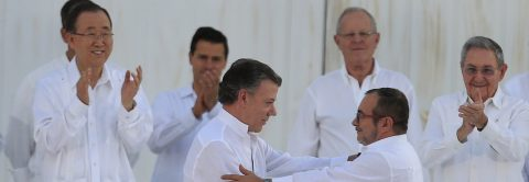 Colombian president, FARC chief sign peace pact