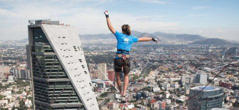 Alemán camina sobre cinta entre dos torres de Ciudad de México y rompe marcas