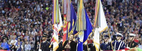 Luke Bryan entona himno nacional y expresidente Bush lanza moneda al aire