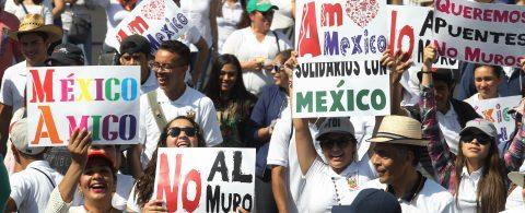 "México exige a Trump ""respeto"" con multitudinarias marchas en varias ciudades"