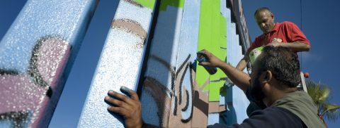 Artista crea muro fronterizo en Atlanta para crear conciencia sobre migración