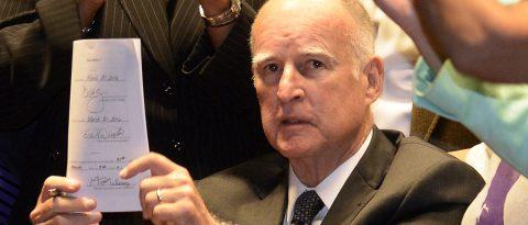 California aprueba presupuesto que abarca restricciones detención inmigrantes