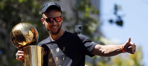 Los Warriors, con Curry y Durant al frente, son vitoreados en un desfile multitudinario