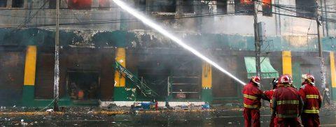 Hundreds of firefighters battle massive blaze in Peru