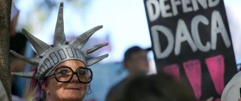 California demanda a la Administración Trump por suspender DACA