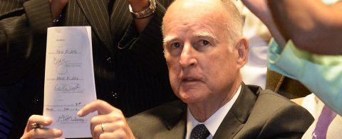 Gobernador de California firmó 15 leyes para aliviar la crisis de vivienda