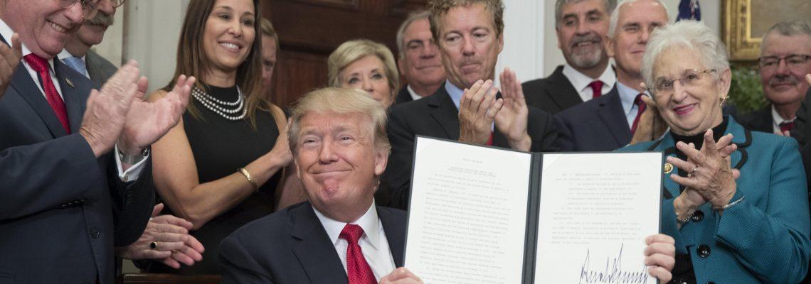 Trump da un primer paso para desmantelar por su cuenta ley sanitaria de Obama