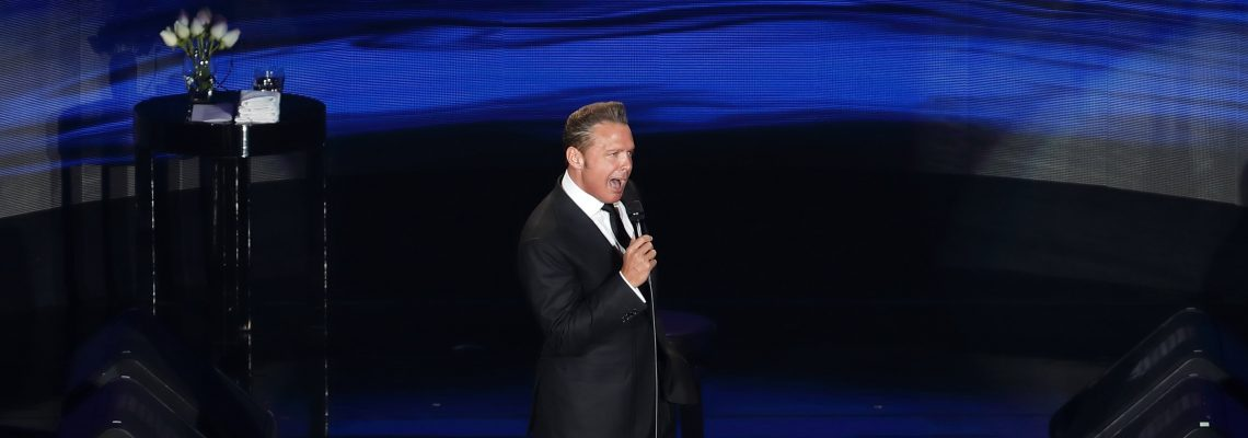 Mexican pop icon Luis Miguel kicks off tour after 2-year absence