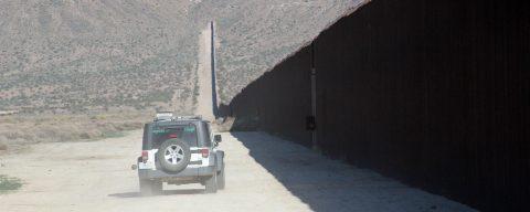 """Estados Unidos reforzará 100 millas fronterizas con México con """"nuevas características"""""""