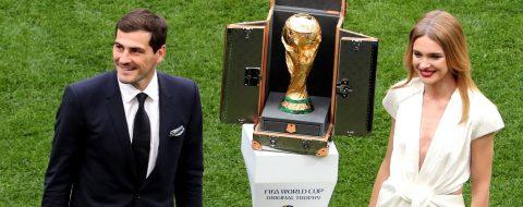 Casillas presentó la copa del mundo en el estadio Luzhnikí