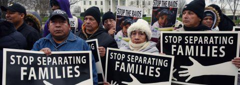Las autoridades separaron de sus familias a casi 2.000 menores en la frontera