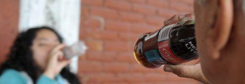 Aliviar la sed con bebidas azucaradas puede deshidratar y causar enfermedades