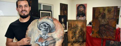 """Pintor mexicano """"resucita"""" alegres difuntos en su taller automotriz"""