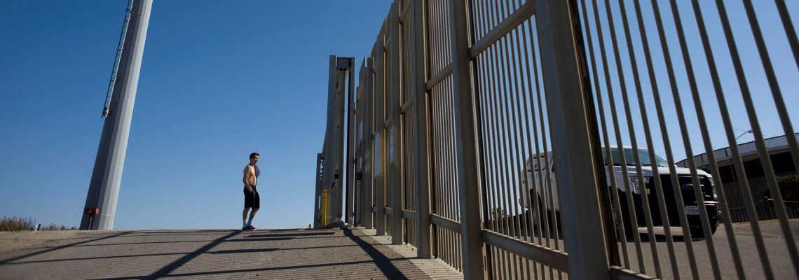 Las familias migrantes sufren el cierre de un punto de encuentro fronterizo en EE.UU.