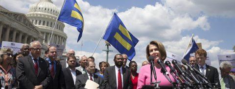 Congresistas y activistas critican a Trump por su veto a los transexuales