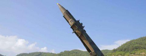 Trump condena nuevo misil norcoreano y tomará medidas para proteger a EE.UU.