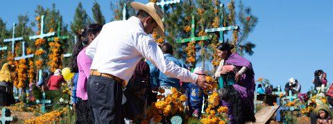 México se viste con ofrendas de Día de Muertos dedicadas a migrantes
