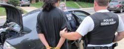 """ICE burla las leyes """"santuario"""" con la ayuda informal de policías locales"""