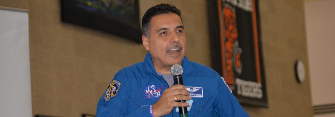"""El astronauta José Hernández: """"Antes de Marte hay que establecer una base lunar"""""""