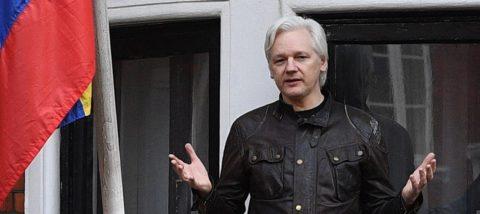 """La Comision Europea seguirá """"de cerca"""" el arresto de Assange y dice que es un asunto judicial"""